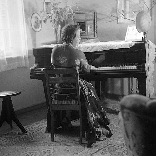 Elfride-Troetschel-Klavier-Rueckenansicht-for-web