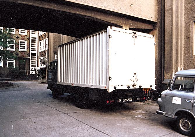 W50-Koffer-auf-dem-Innenhof-Springerstrasse-for-web-Wagen-alt