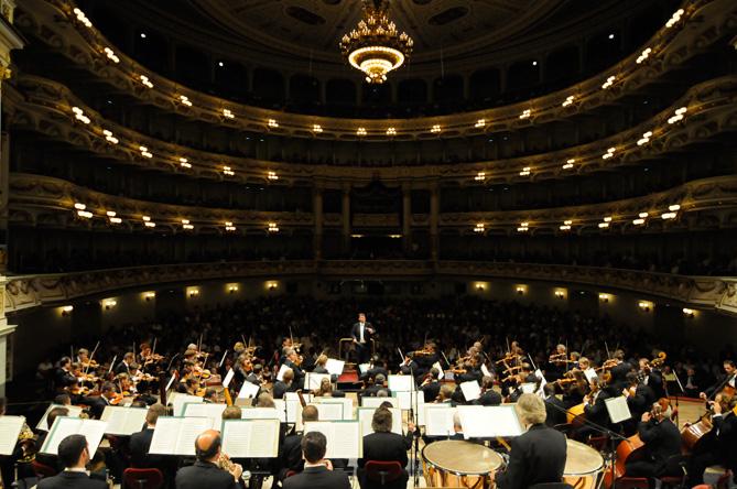 Die Staatskapelle Dresden mit ihrem Chefdirigenten Christian Thielemann in der Semperoper© Foto aus dem CD-Booklet - Matthias Creutziger