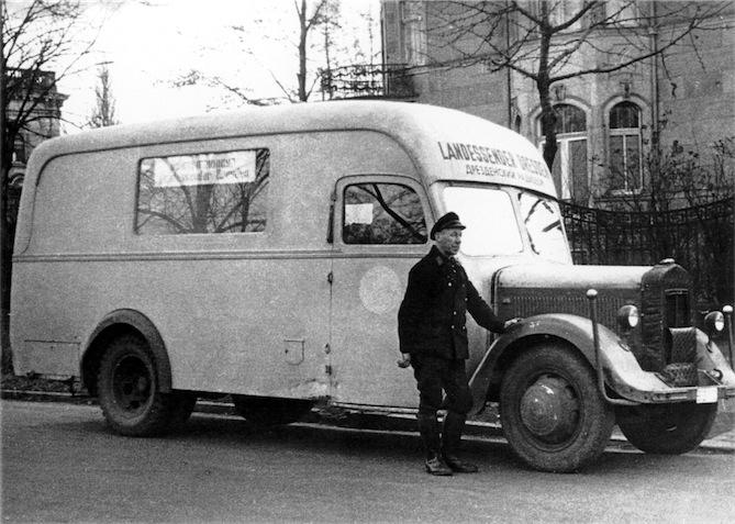 Uebertragungswagen vor Villa Renner www