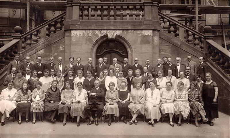 """Der Rundfunkchor Leipzig 1928-1930 mit Musikchef Alfred Szendrei vor der """"Alten Handlebörse"""", aus der die Übertragungen stattfanden. Foto: MDR Chorarchiv"""