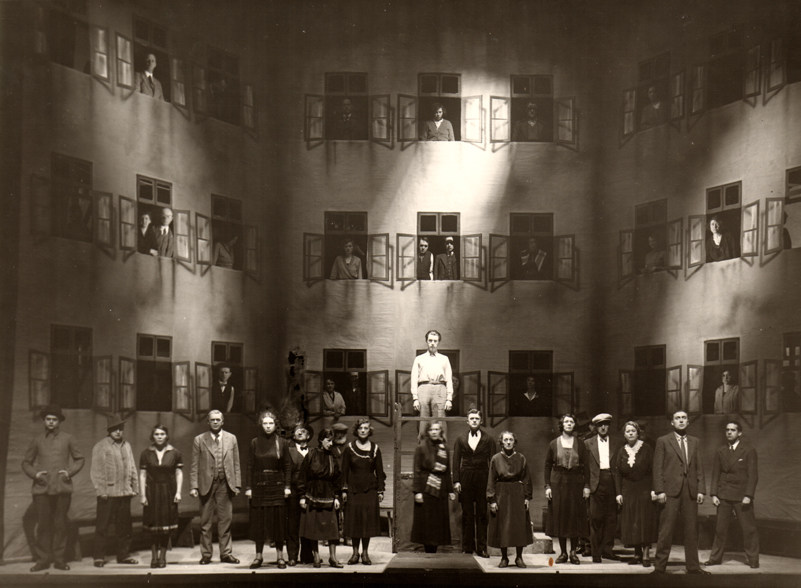 """""""Die Hinterhäuslichkeit"""" Szenische Aufführung von """"Leben in dieser Zeit"""" am 17. April 1932 im Breslauer Stadttheater. Regie führte Werner Jacob. Foto: Dagmar Nick privat"""