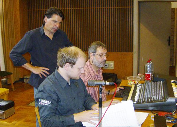 Die erste Abhörpause: Chefdirigent Ernst Theis (stehend) mit Tonmeister Eric Lieberwirth und Toningenieur Holger Siedler