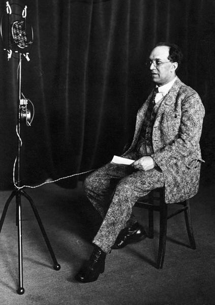 Franz Schreker spricht in ein Mikrofon, Ende der 1920-er Jahre