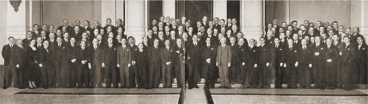 Das Gewandhausorchester mit Professor Edgar Woll- gandt (1), Professor Hermann Abendroth (2), Gene- ralmusikdirektor Paul Schmitz (3) und dem Ersten Opernkapellmeister Oskar Braun (4) © Foto aus dem CD-Booklet - Sammlung Erika Schmitz