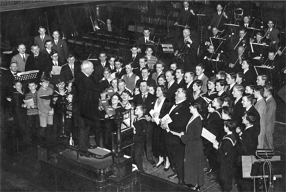 Karl Straube mit dem Thomanerchor und Mitgliedern des Gewandhausorchesters während einer Kantaten-Übertragung im Neuen Gewandhaus