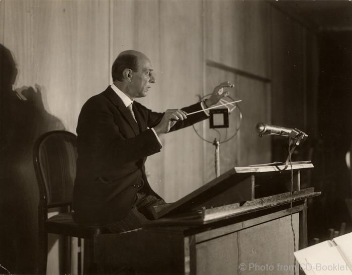 Arnold Schönberg im Rundfunk-Sendesaal, Berlin um 1926 Foto aus dem Booklet: Arnold Schönberg Center, Wien