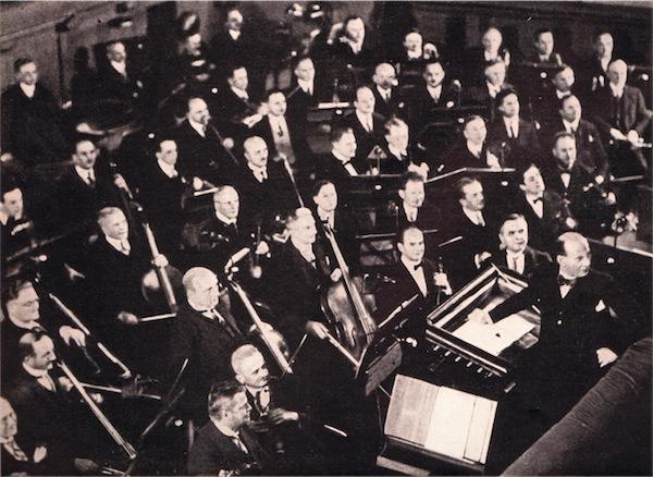 Gustav Brecher mit dem Gewandhausorchester im Orchestergraben des Neuen Theaters, Ende der 1920er-Jahre. © Foto aus dem Booklet - Festschrift zue Eröffnung des Neuen Opernhauses 1960