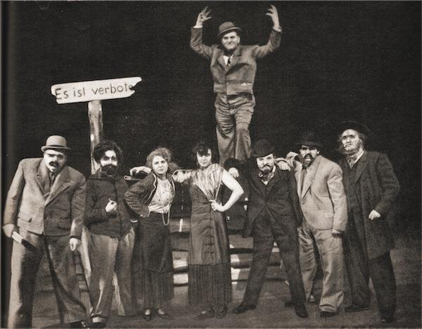 """Szenenfoto aus der Uraufführung von Brecht-Weills """"Aufstieg und Fall der Stadt Mahagonny"""" im Leipziger Neuen Theater, März 1930"""
