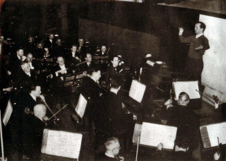 Das Gewandhausorchester mit Paul Schmitz im Or- chestergraben des Leipziger Neuen Theaters, Mitte der 1930-er Jahre © Foto aus dem Booklet - Sammlung Erika Schmitz