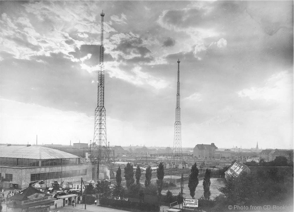 """Die beiden 105 Meter hohen Sendemasten des Leipziger """"MIRAG-Großsenders"""" waren ab 1926 betriebsbereit und standen zwischen dem Gebäude der Deutschen Bücherei und dem Ausstellungsgelände der Technischen Messe. Von hier wurde auch die sonntägliche Bach- Kantate auf Mittelwelle 259,3 ausgestrahlt. Foto aus dem Buch - DRA"""