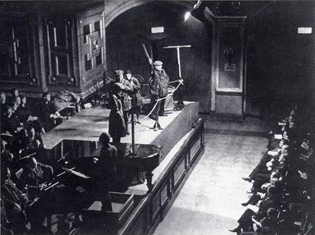 Aufnahme von der Berliner Uraufführung am 13. Dezember 1930. Vorn links Dirigent Karl Rankl. Die Sänger der drei beteiligten Arbeiterchöre waren im Hintergrund der Bühne platziert. c Foto: Archibv Jürgen Schebera, Berlin - Aus dem Booklet