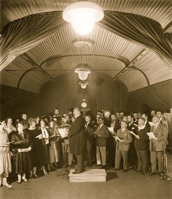Der Berliner Funkchor unter der Leitung von Hugo Rüdel im Sendraum des Funkhauses, 1926 © Foto: DRA