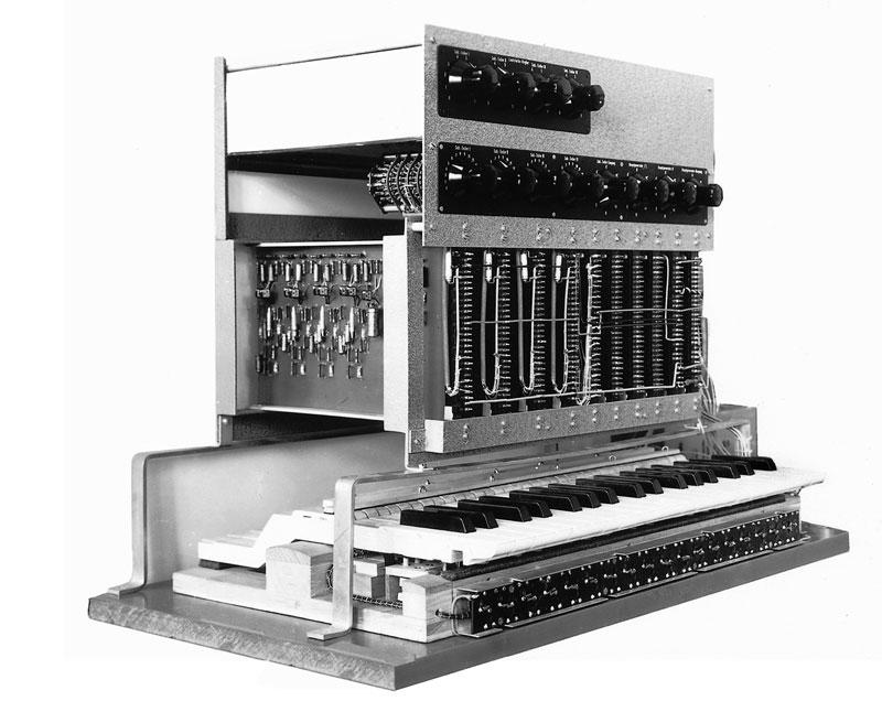 Das Subharchord noch im Entwicklungsstadium als Laborversuchsgerät. Das elektronische Instrument war als eine Weiterentwicklung des Mixturtrautoniums und einer elektronischen Orgel mit Ausgleichsvorgangen. Somit entstand der Subharchord-Hybrid-Synthesizer klangtechnisch und zeitlich unabhängig vor den speziellen Synthesizer-Losungen von Bode, Brand und Moog. © Foto: Archiv Gerhard Steinke